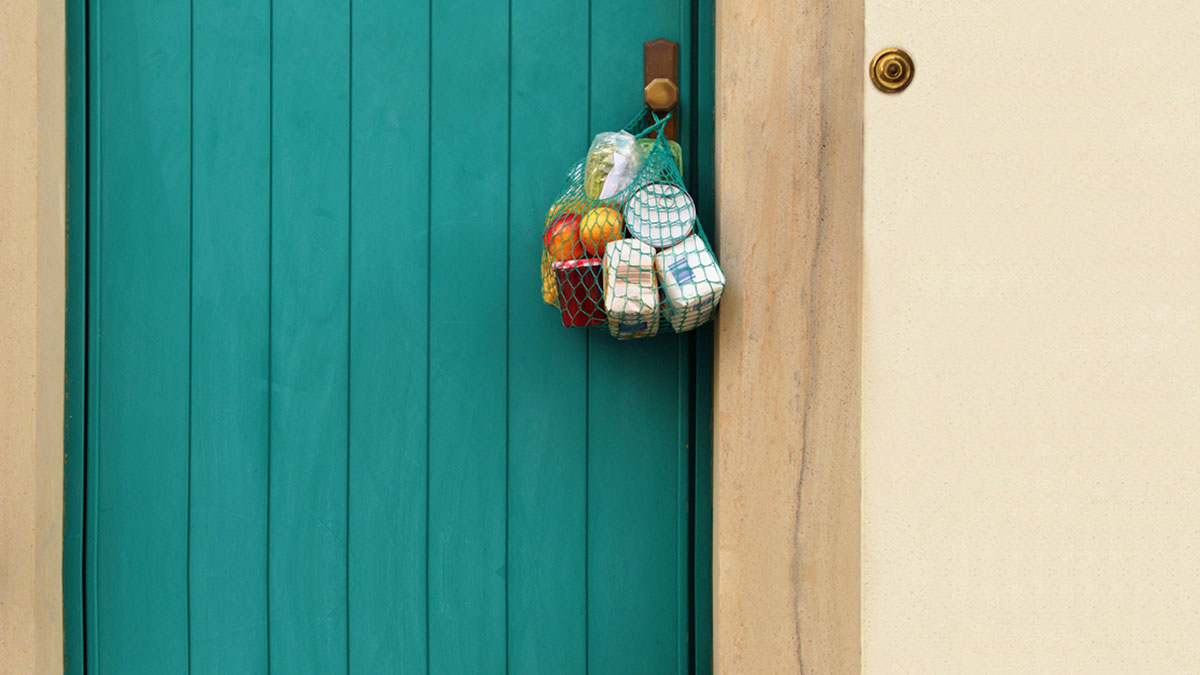 A picture that is commonplace in Corona times: a shopping net with fruit and salad from local farmers hangs on the doorknob.